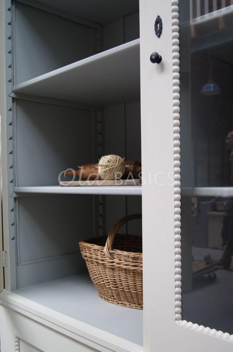 Detail van Vitrinekast Les Boules, 2 deuren, RAL9001, crème, wit, materiaal hout