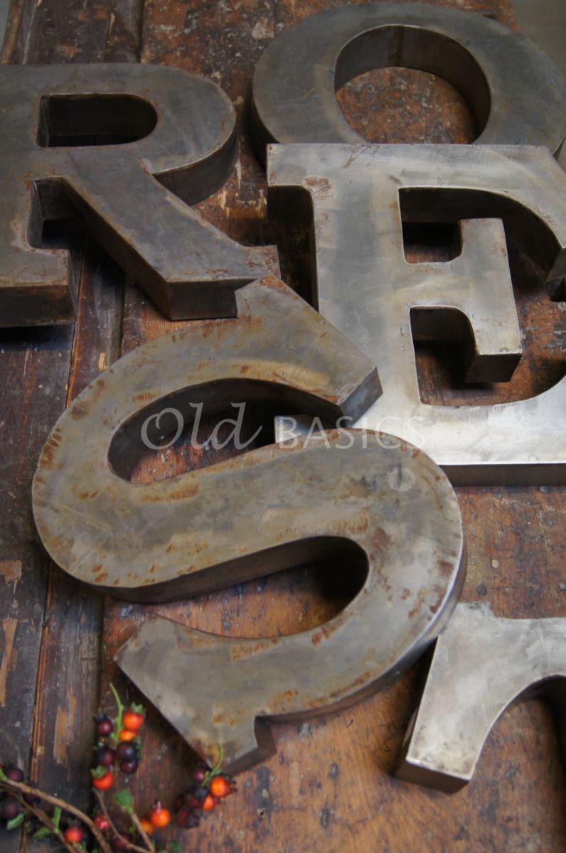 IJzeren letters, roest, materiaal staal