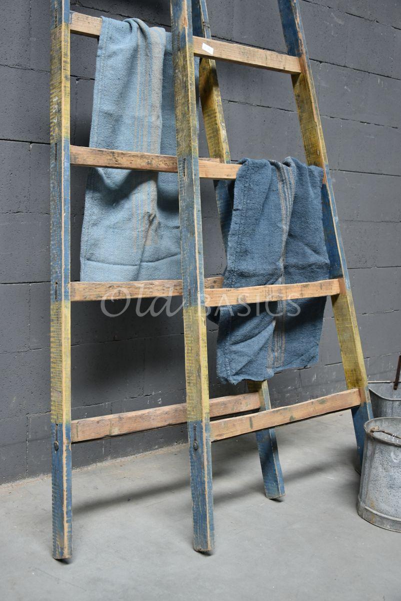 Detail van Houten ladder, blauw, geel, naturel, materiaal hout