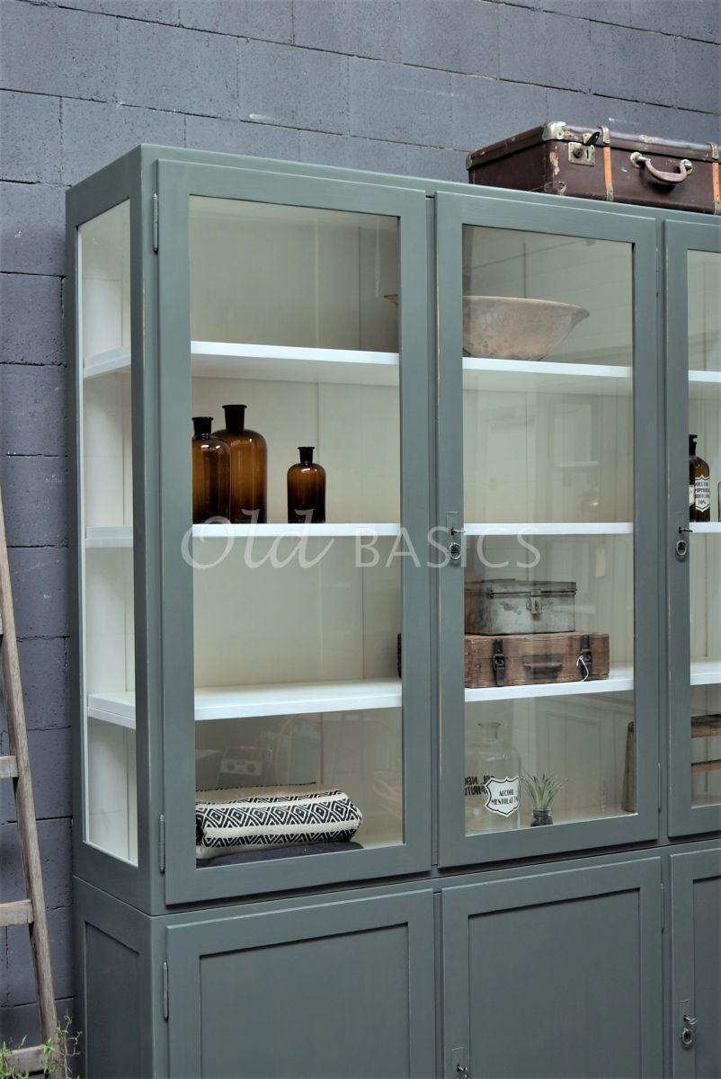 Detail van Vitrinekast Jeanette, 3 deuren, RAL7009, groen, grijs, materiaal hout