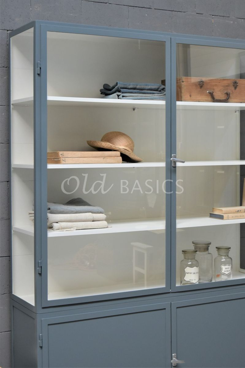 Detail van Apothekerskast Demi, 2 deuren, RAL7031, blauw, grijs, materiaal staal