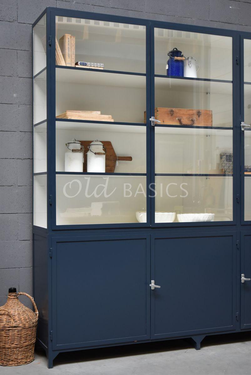 Detail van Apothekerskast Demi, 3 deuren, RAL5008, blauw, materiaal staal