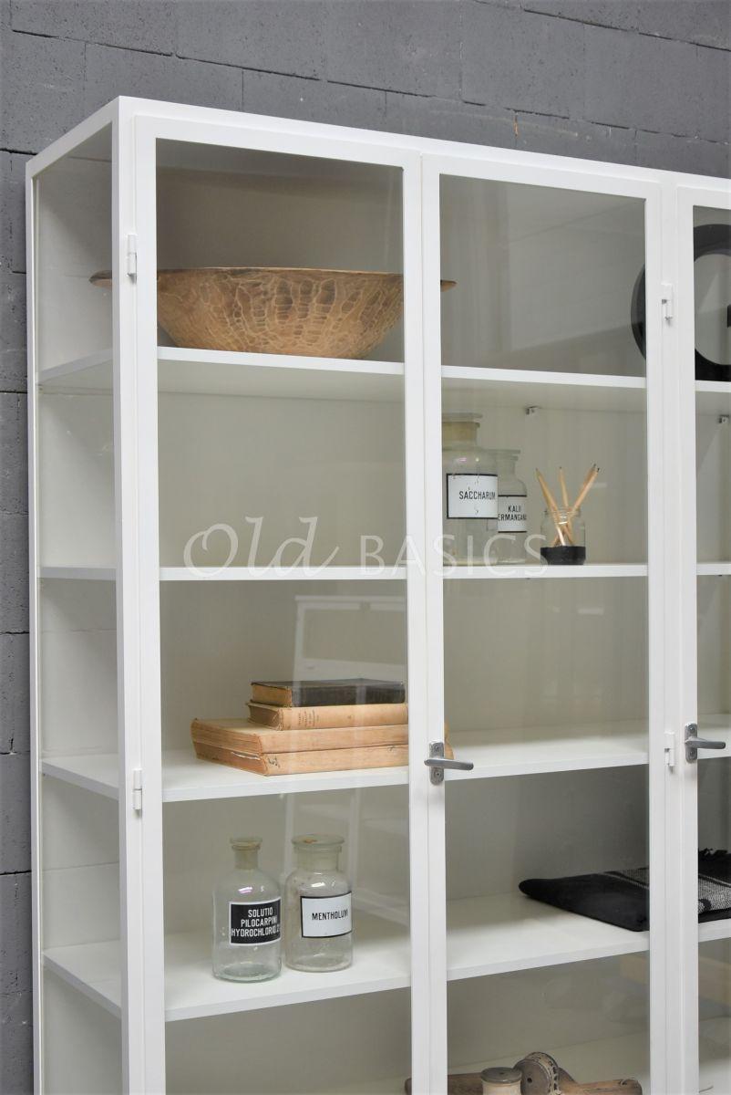 Detail van Apothekerskast Vitrine, 3 deuren, RAL9010, wit, materiaal staal