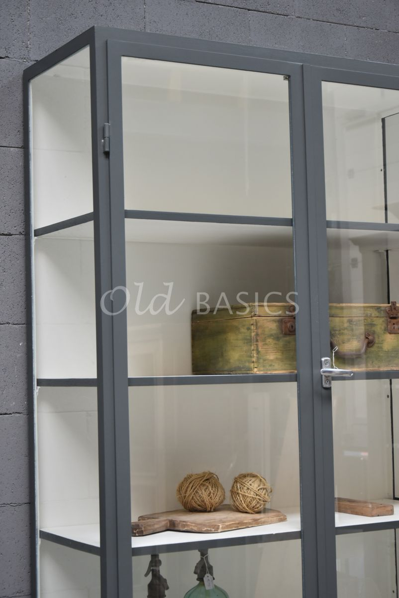 Detail van Apothekerskast Ferro, 4 deuren, RAL7043, grijs, materiaal staal