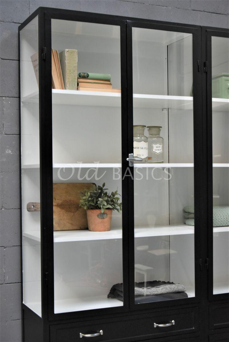 Detail van Apothekerskast Ferro, 4 deuren, RAL9005, zwart, materiaal staal