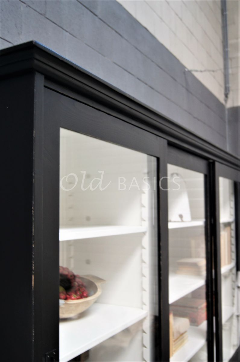 Detail van Universiteitskast, 3 deuren, RAL9005, zwart, materiaal hout