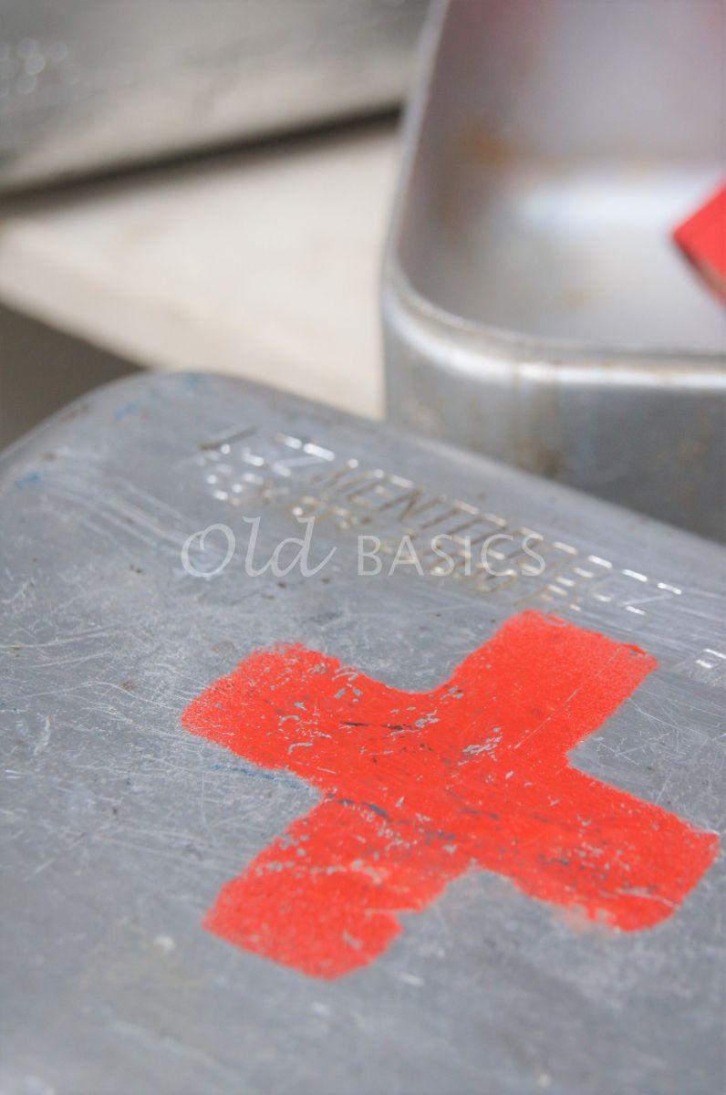 Detail van Medicijnkistje, metaal, materiaal staal