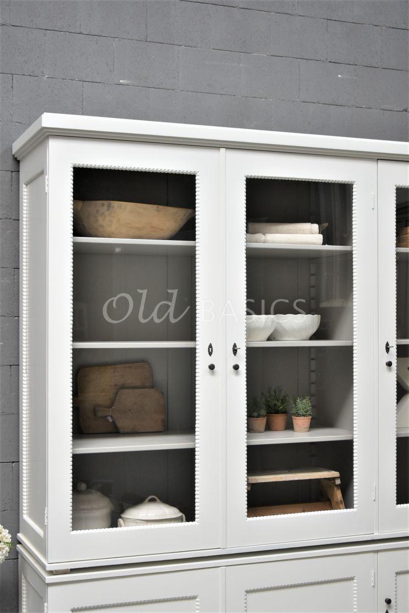 Detail van Vitrinekast Les Boules, 3 deuren, RAL9010, wit, materiaal hout