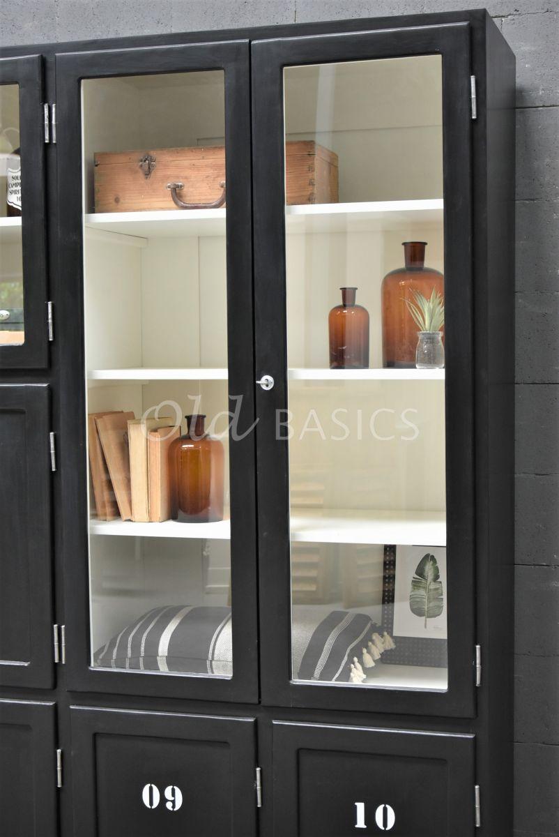 Detail van Lockerkast Vitrine, 3 deuren, RAL9005, zwart, materiaal hout
