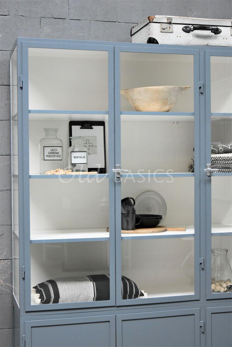 Detail van Apothekerskast Demi, 3 deuren, RAL7031, blauw, grijs, materiaal staal