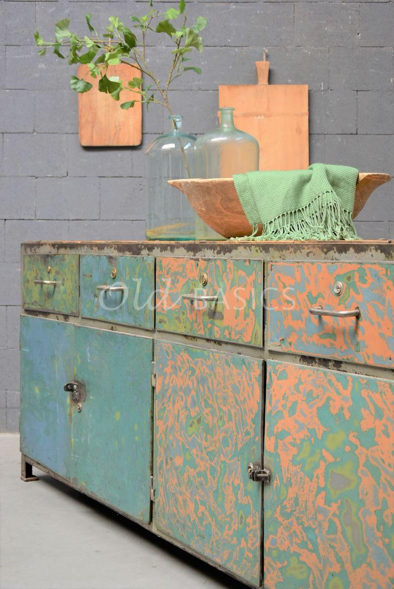 Detail van Dressoir, groen, blauw, materiaal staal