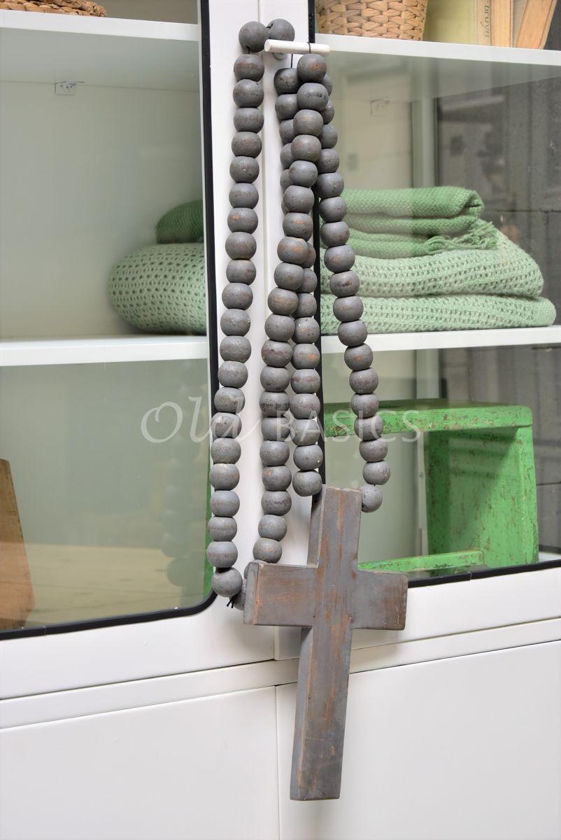 Detail van Ketting met kruis grijs, materiaal hout