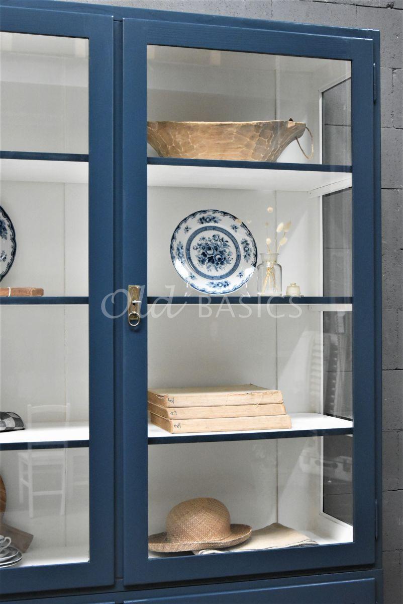 Detail van Vitrinekast Jeanette, 2 deuren, RAL5008, blauw, materiaal hout