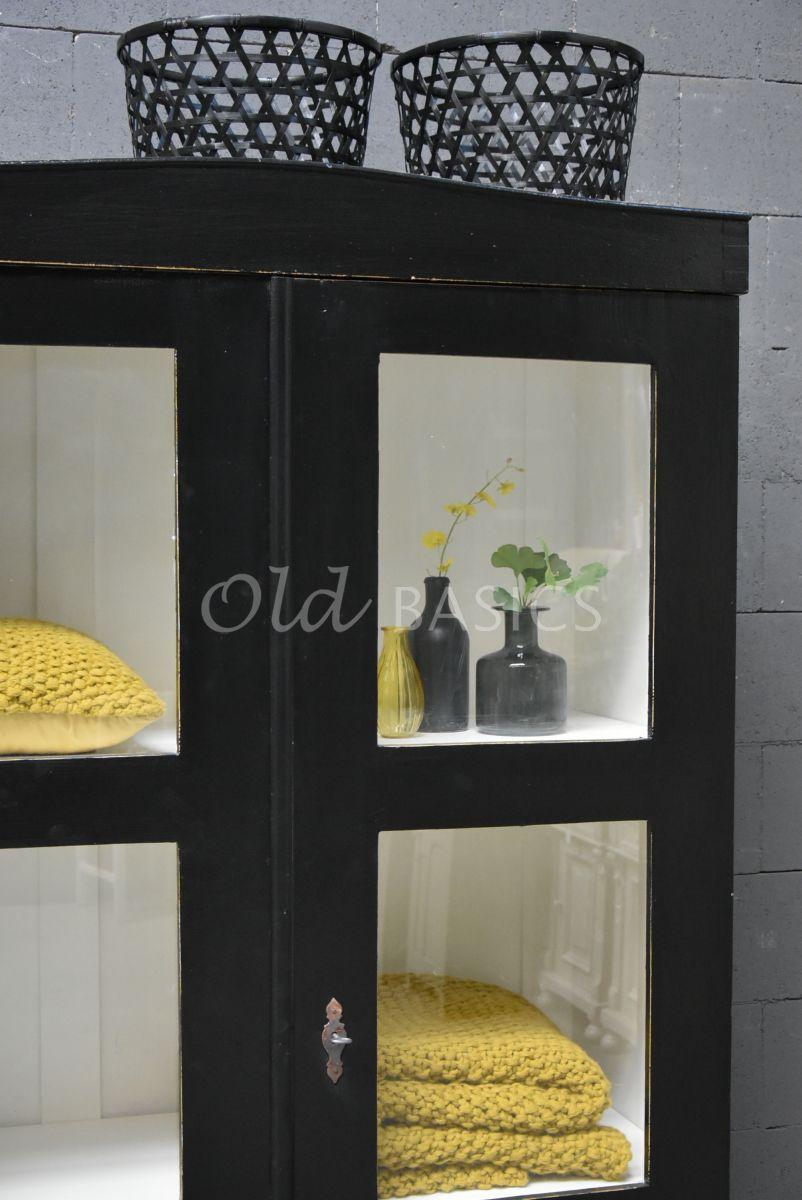 Detail van Vitrinekast, zwart, materiaal hout