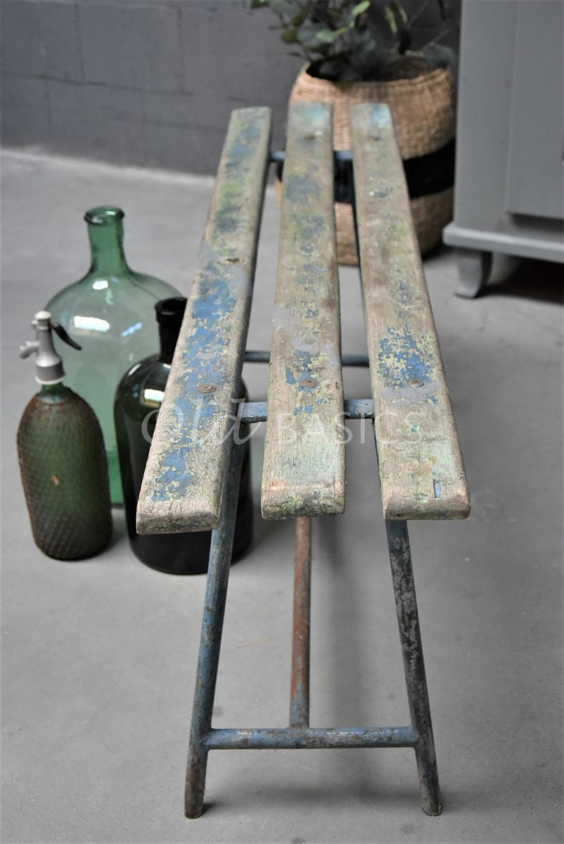 Detail van Stalen bank, grijs, blauw, materiaal staal