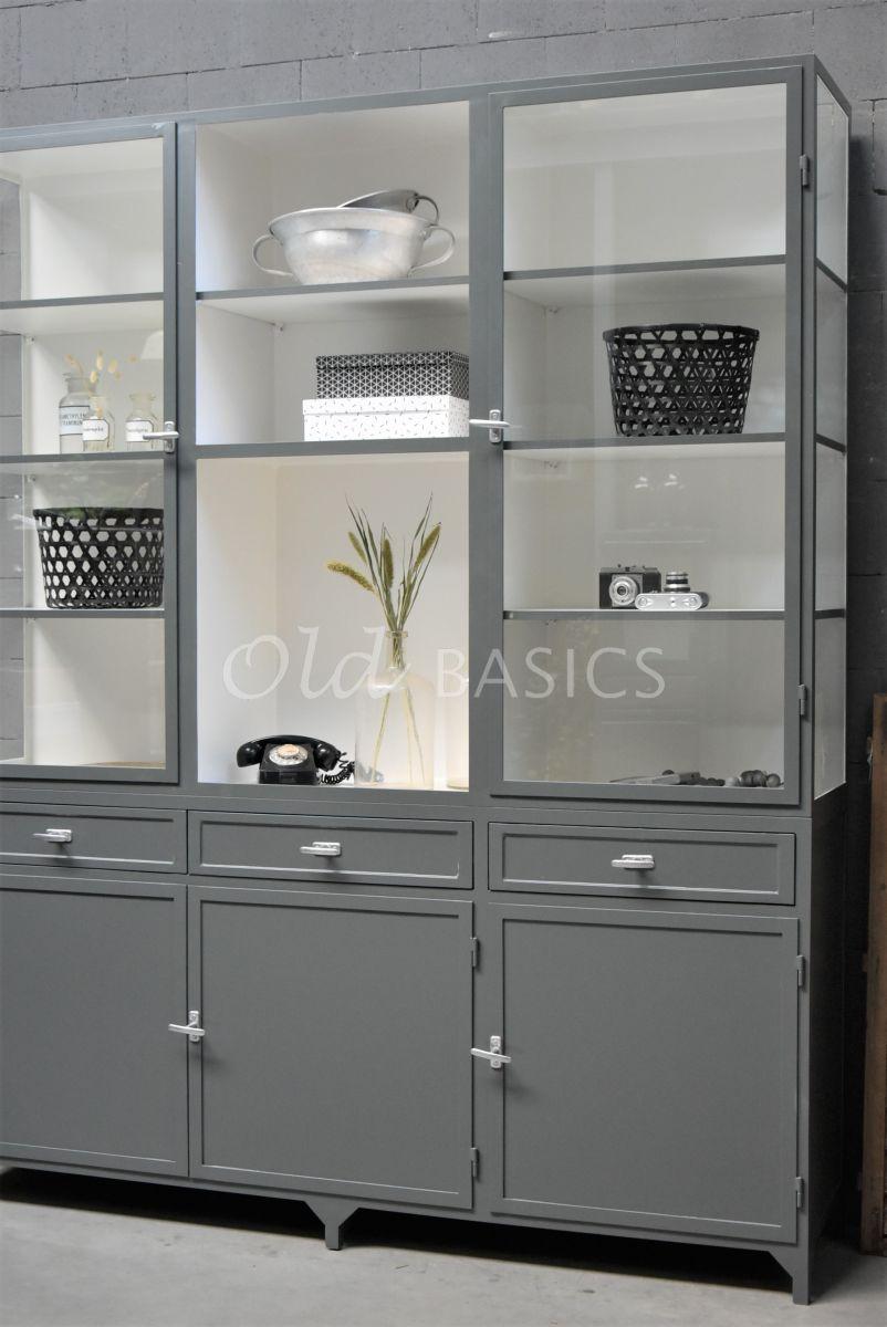 Detail van Apothekerskast Fio, 3 deuren, RAL7043, grijs, materiaal staal