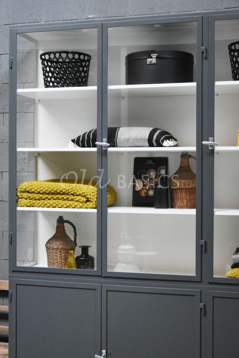 Detail van Apothekerskast Demi, 3 deuren, RAL7043, grijs, materiaal staal