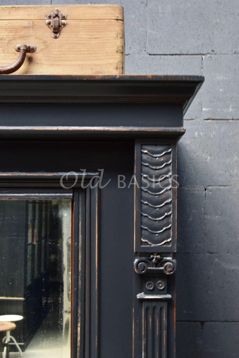 Detail van Brocante kast, zwart, grijs, materiaal hout