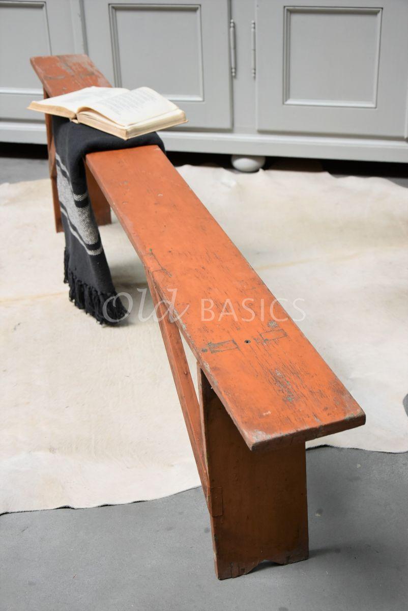 Detail van Houten bank, bruin, rood, materiaal hout