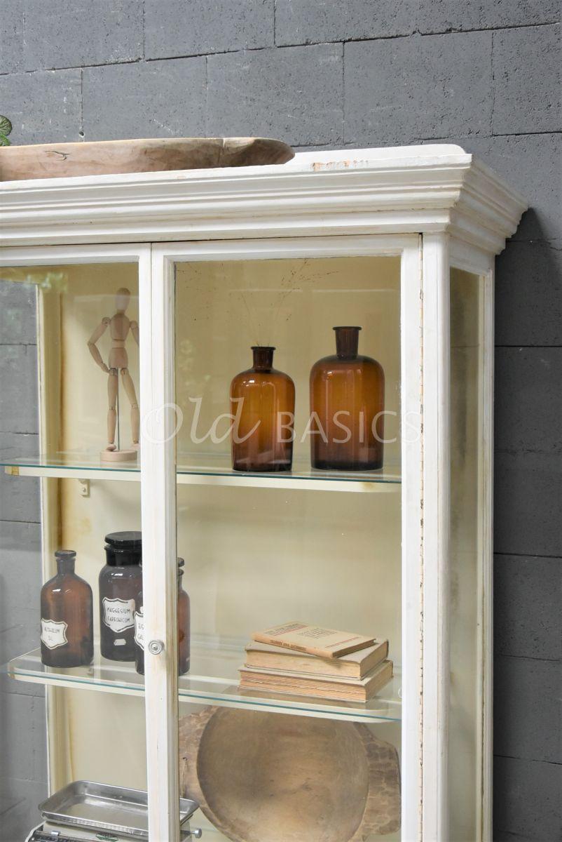 Detail van Vitrinekast, crème, wit, materiaal hout