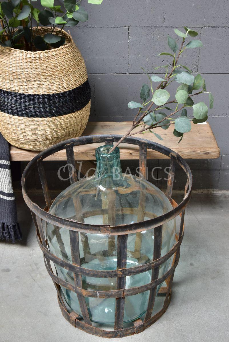 Mand met vaas, metaal, materiaal glas