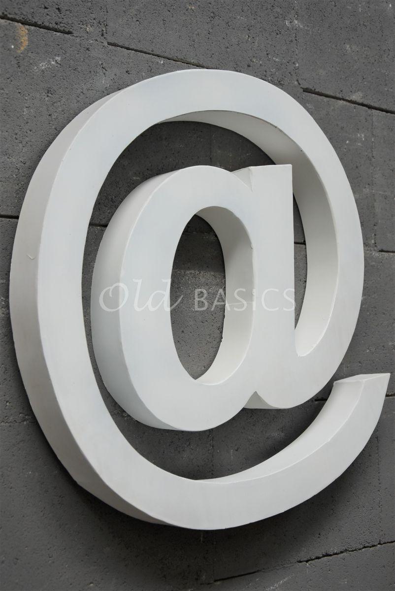 Detail van @teken groot wit, wit, materiaal staal