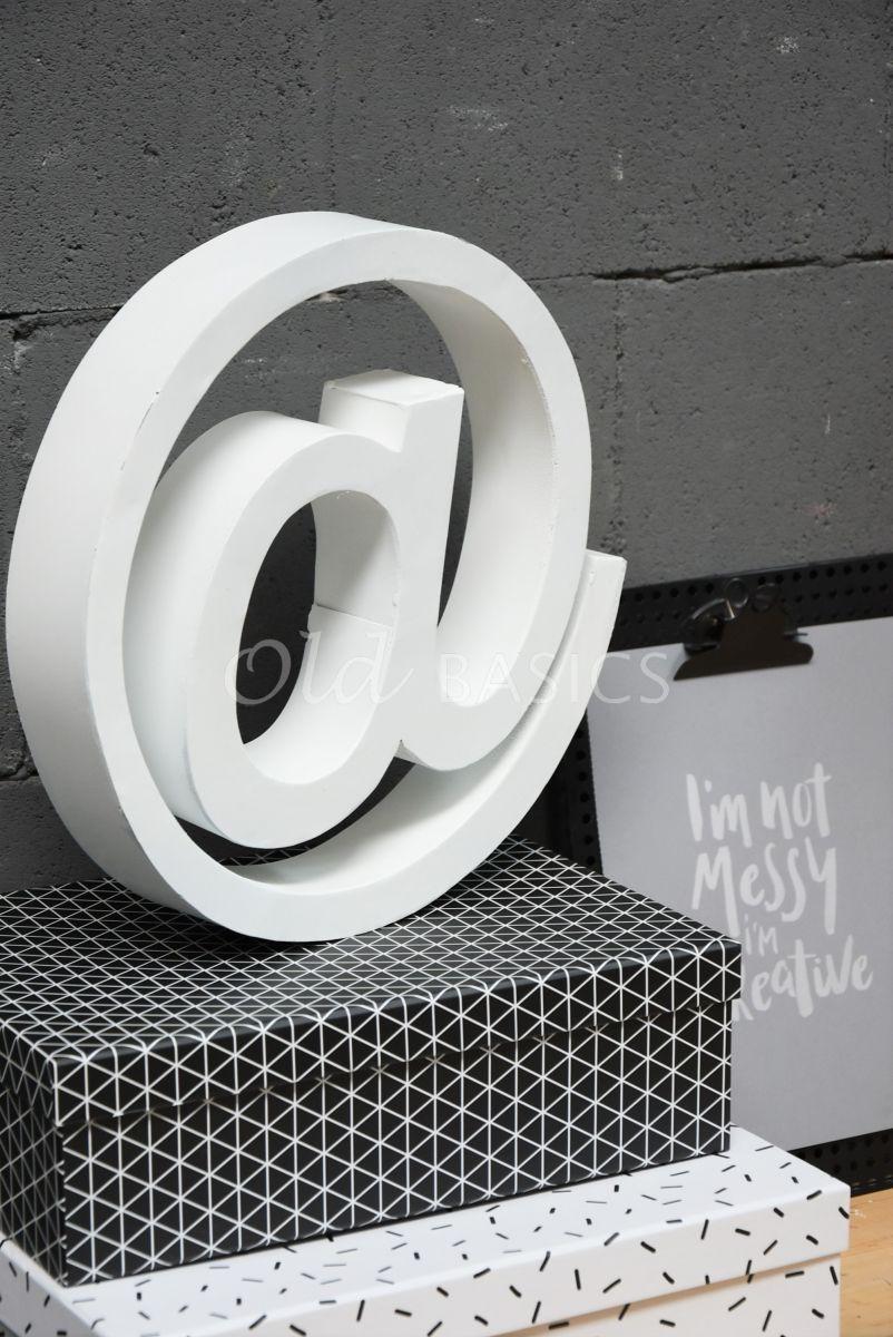 Detail van @teken klein wit, wit, materiaal staal