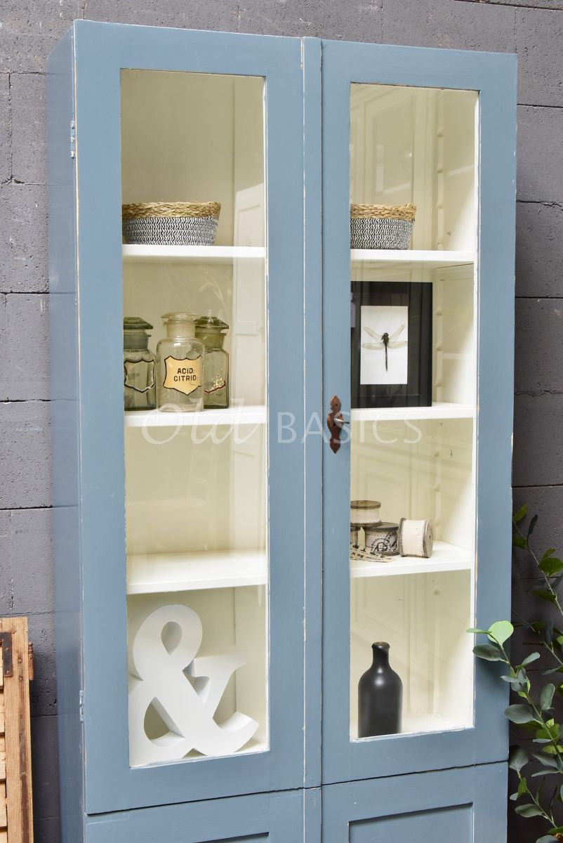 Detail van Vitrinekast, grijs, blauw, materiaal hout